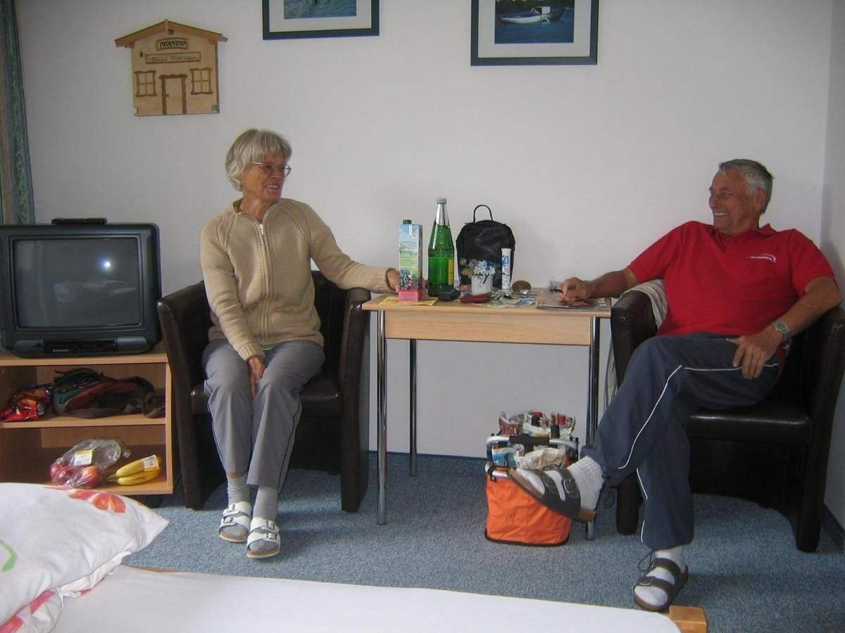 Personen sitzen im Zimmer