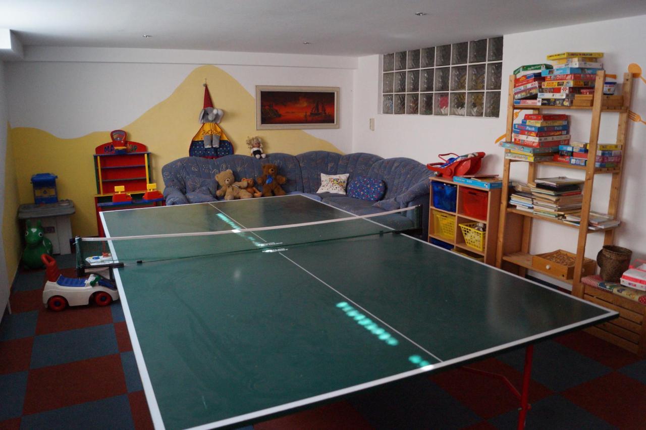 Spielraum mit Tischtennis-Tisch